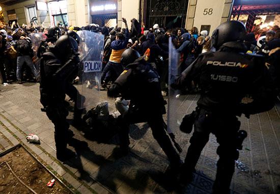 الشرطة تعتقل أحد المتظاهرين