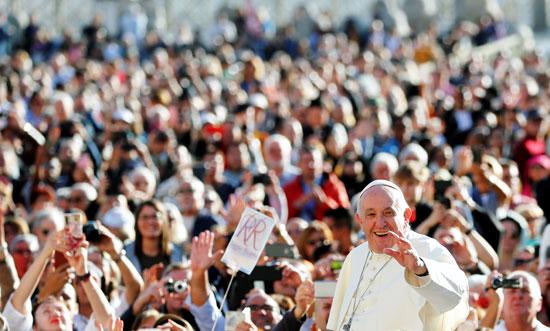 ألاف-الحضور-يحتفون-بالبابا-فرنسيس-لحظة-دخوله-ساحة-القديس-بطرس