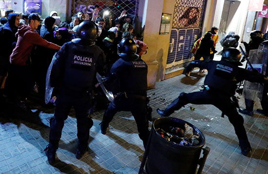 الشرطة تعتقل بعض المحتجين