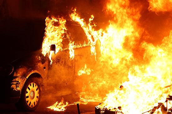 النيران تلتهم سيارة بالكامل