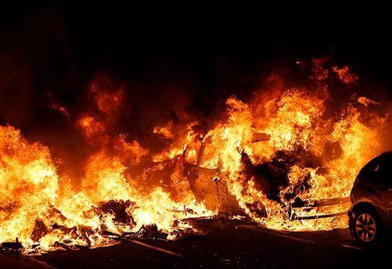 النيران تلتهم السيارات