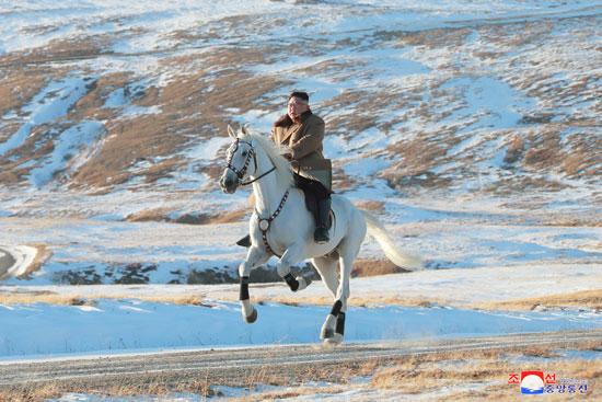 زعيم كوريا الشماليةبجولة فى جبال  جبل بايكتو