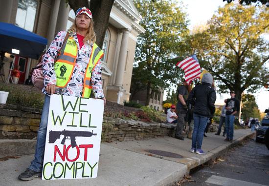 تظاهرات مؤيدة لترامب أمام مقر مناظرة الديمقراطيين