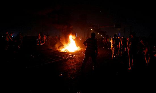 المتظاهرون يتجمعون خلال مظاهرات فى بغداد