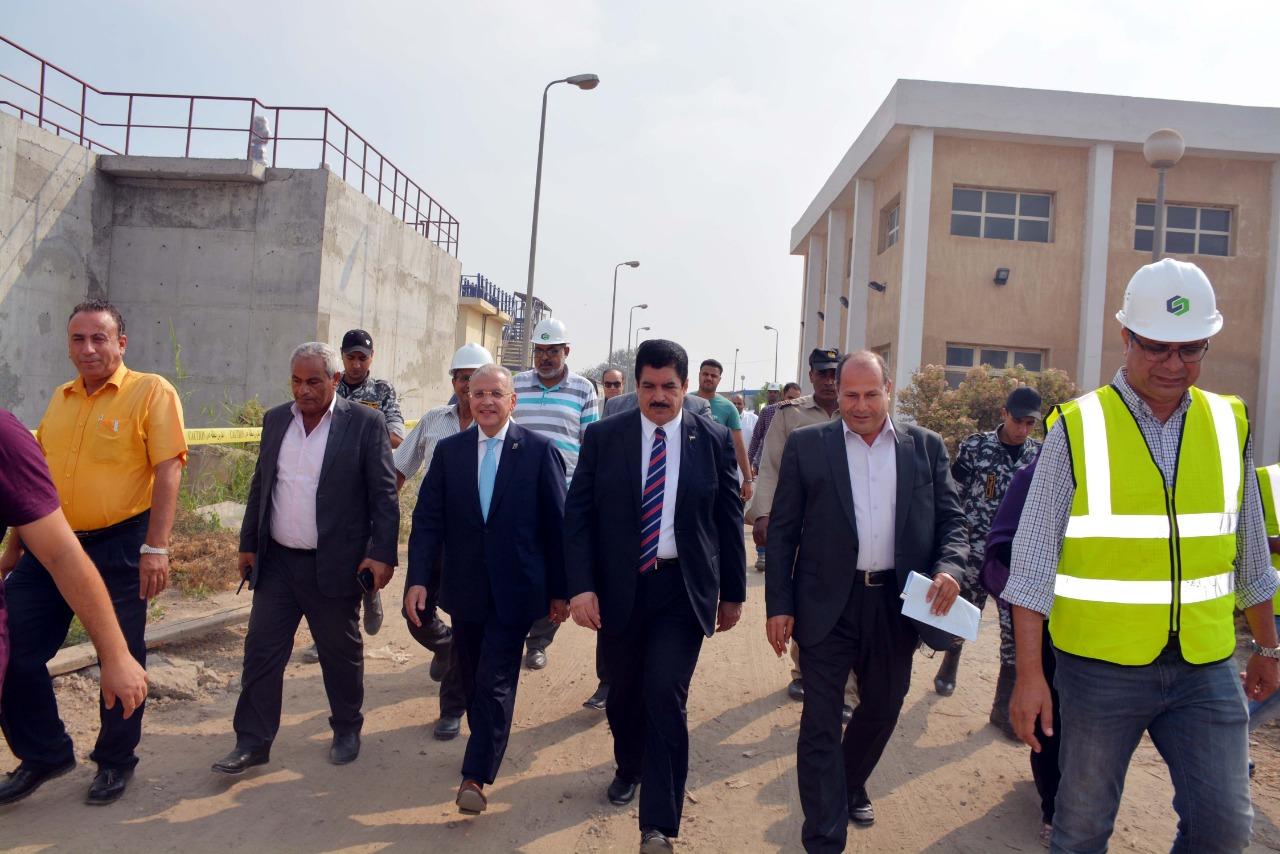 محافظ القليوبية يتفقد محطة مياه كوم اشفين