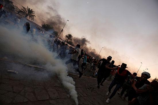 المتظاهرون يتفرقون بينما تستخدم قوات الأمن العراقية الغاز المسيل للدموع