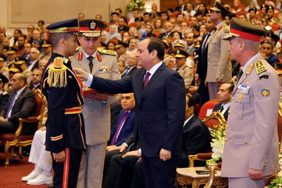 السيسى يشهد حفل تخرج الدفعة الأول لكلية الطب بالقوات المسلحة (4)