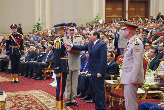 السيسى يشهد حفل تخرج الدفعة الأول لكلية الطب بالقوات المسلحة (10)