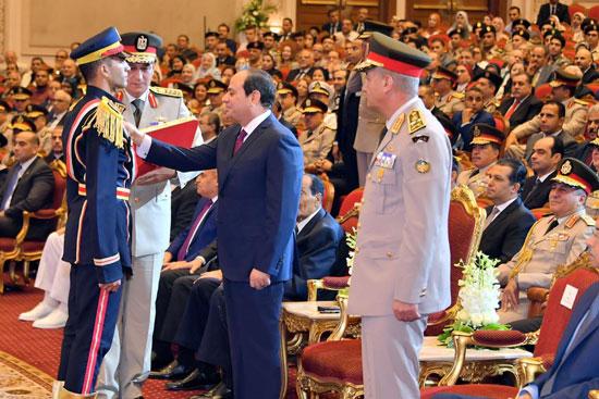 السيسى يشهد حفل تخرج الدفعة الأول لكلية الطب بالقوات المسلحة (3)