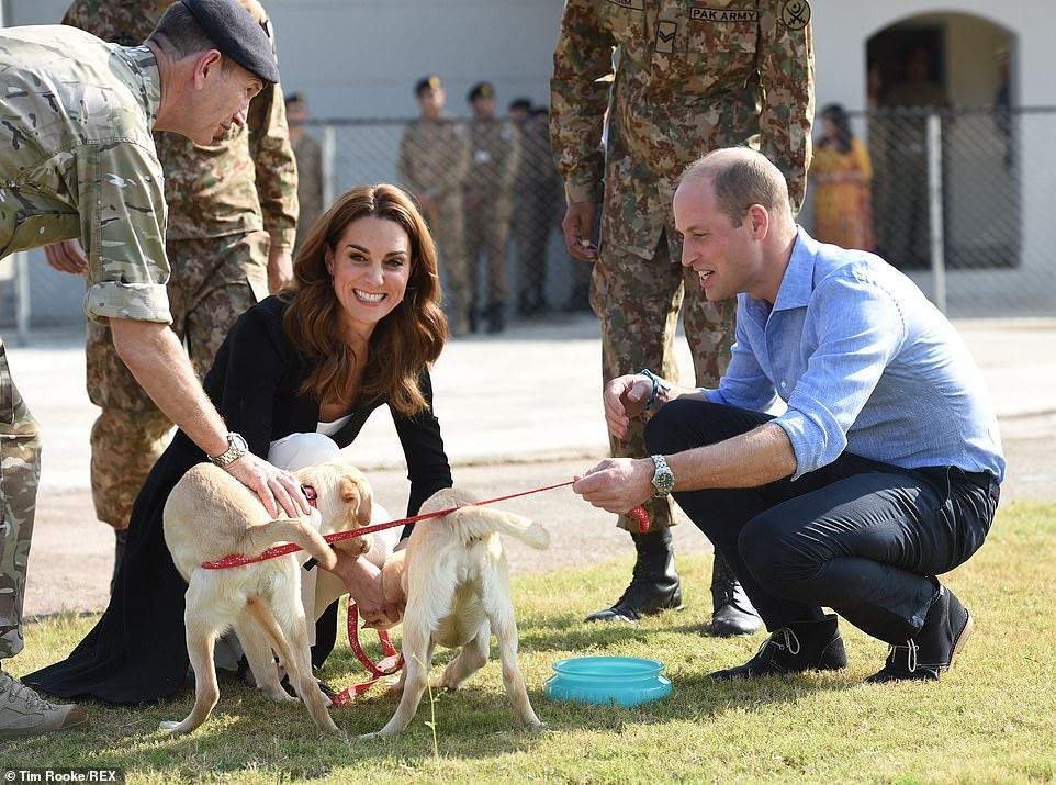 كيت وويليام يزورا مركز تدريب الكلاب بالجيش الباكستانى