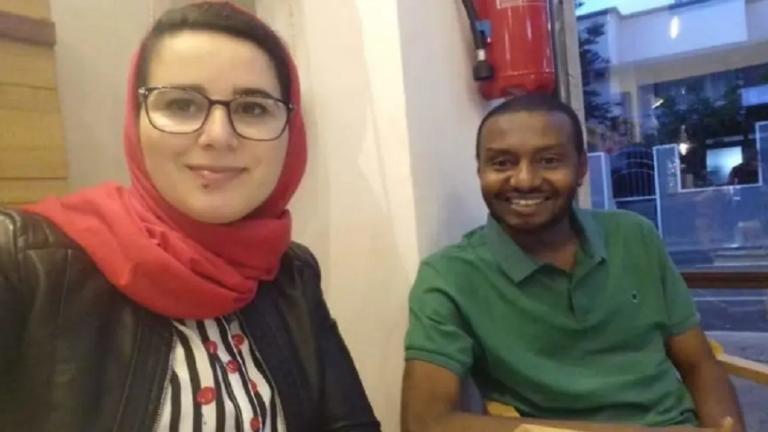 الصحفية المغربية مع خطيبها