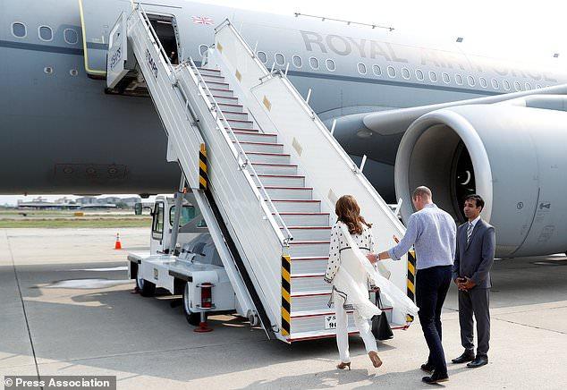 ويليام وكيت يستقلان الطائرة