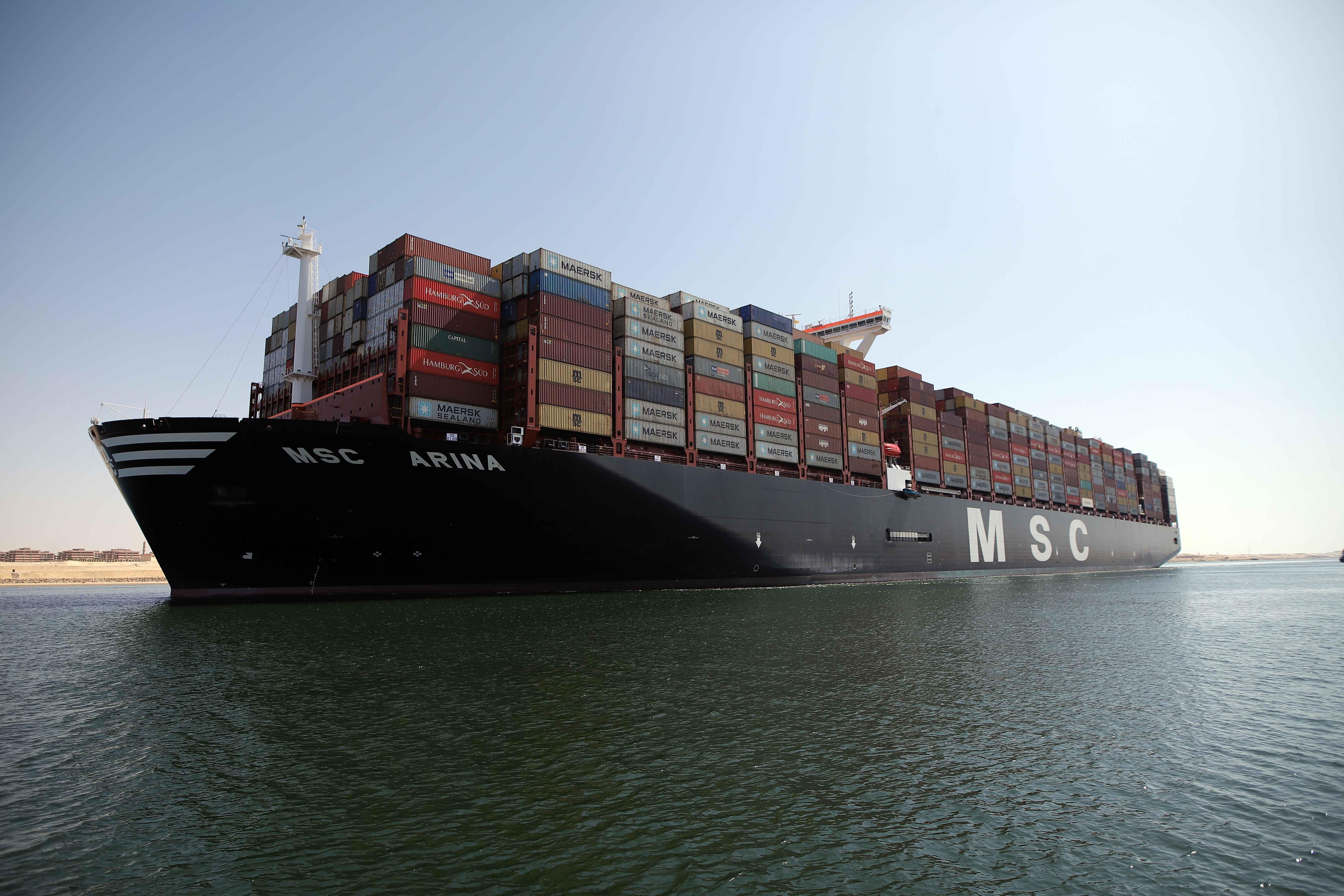 السفينة MSC ARINA خلال عبورها قناة السويس