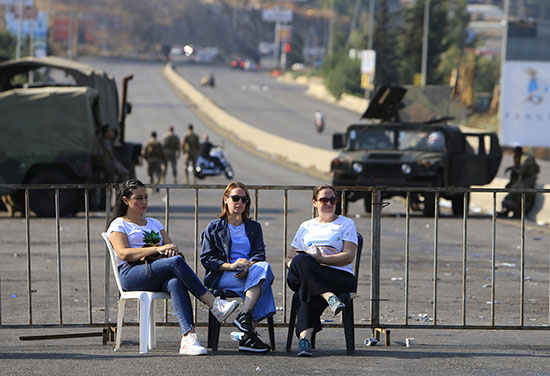 متظاهرات بجلس فى الشوارع