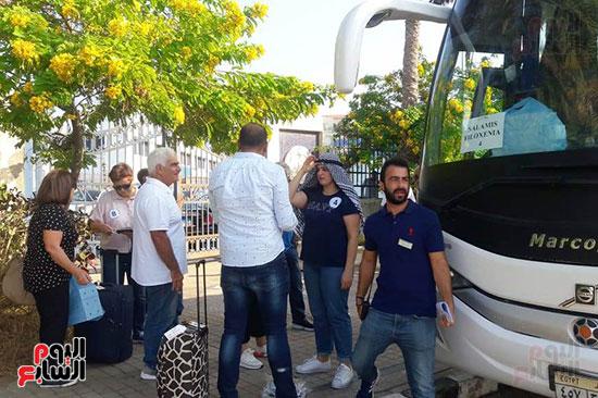 تجمع السائحين بعد وصولهم للاسكندرية