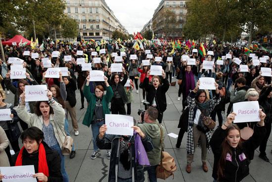 لافتات تطالب بوقف العنف ضد المرأة