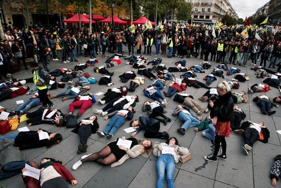 محتجات وسط باريس اتخذن  أوضاعا كالموتى