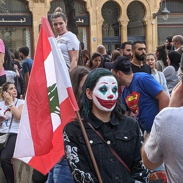 متظاهرة بمكياج الجوكر