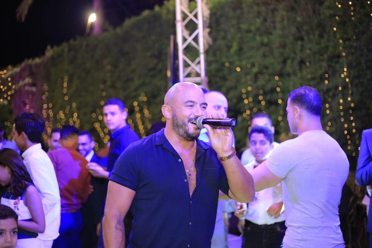 محمود العسيلى يغنى فى فرح معجبة