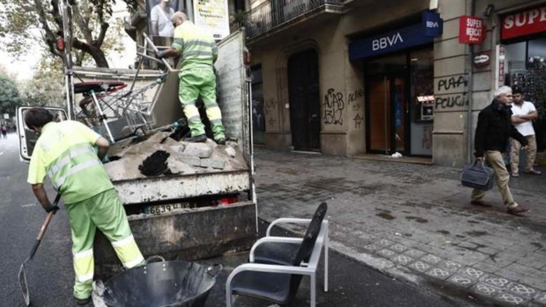 تنظيف مدينة برشلونة بعد اعمال شغب وفوضى
