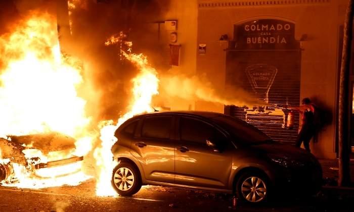 احتراق عدة سيارات فى احتجاجات كتالونيا