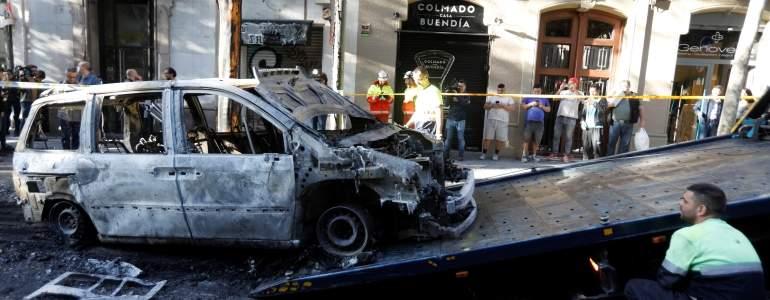 احد السيارات التى تم حرقها فى احتجاجات كتالونيا