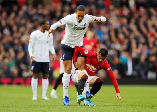 فان-دايك-فى-صراع-على-الكرة-فى-مباراة-ليفربول-ومانشستر-يونايتد-(2)