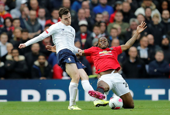 روبرسون-لاعب-ليفربول-يستخلص-الكرة-قبل-مدافع-يونايتد