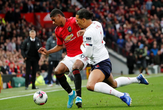 صراع-على-الكرة-بين-لاعبى-ليفربول-ومانشستر-يونايتد-(10)