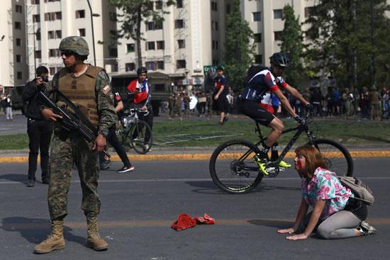 جندى من الجيش وأحد المتظاهرين