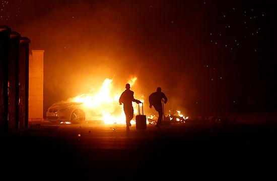محاولات لإطفاء حرائق السيارات