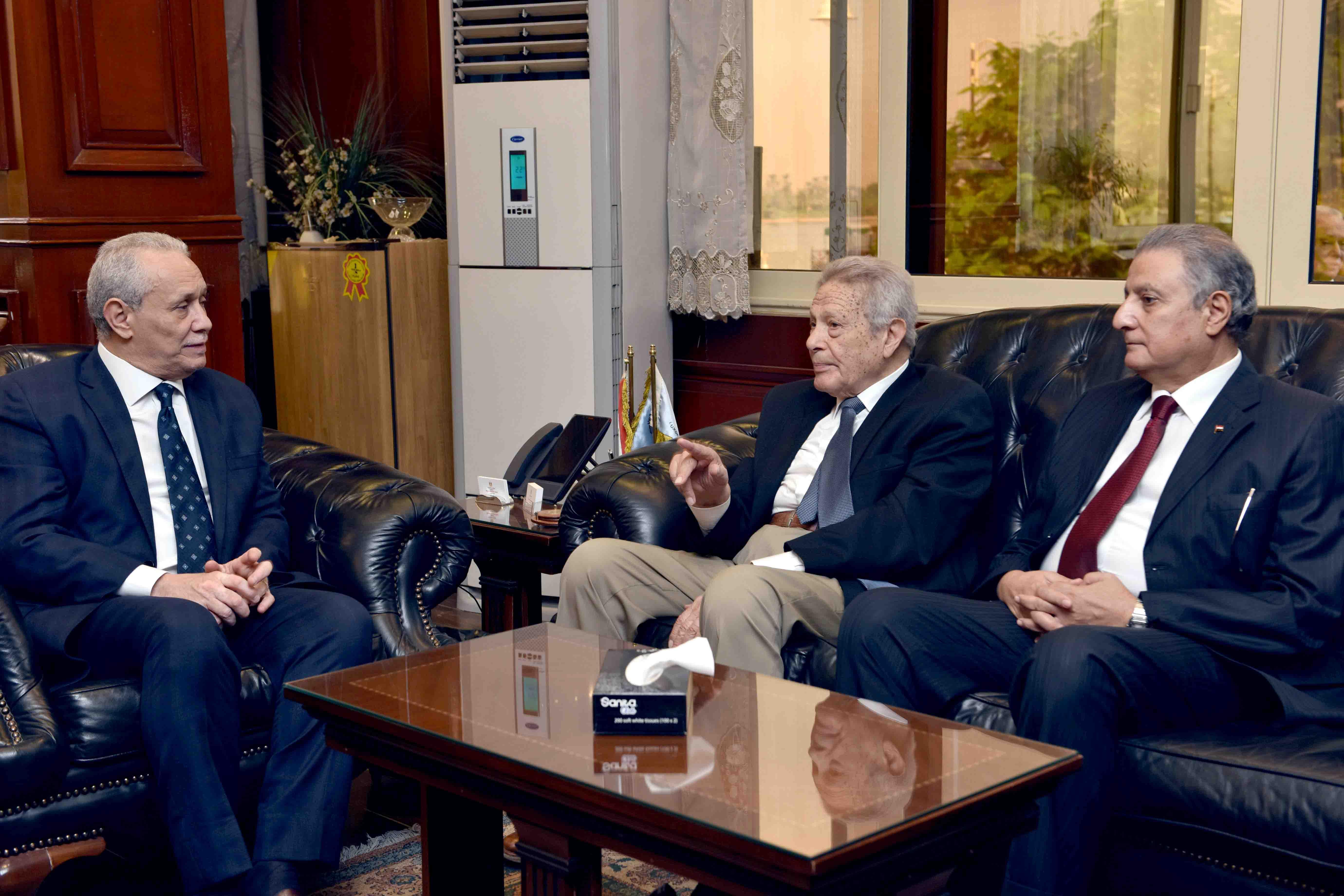 محافظ الأقصر يلتقي بمجلس إدارة مكتبات مصر لبحث إفتتاح مكتبة جديدة بمدينة طيبة (2)