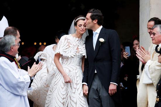 العريس يقبل زوجته