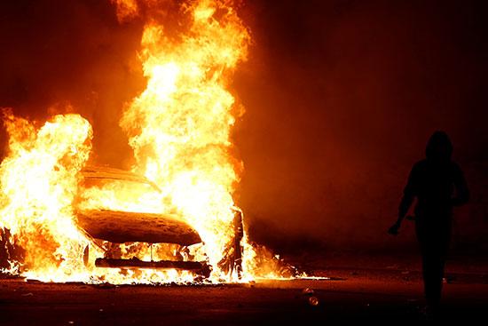 ارتفاع ألسنة النيران فى سيارة محترقة