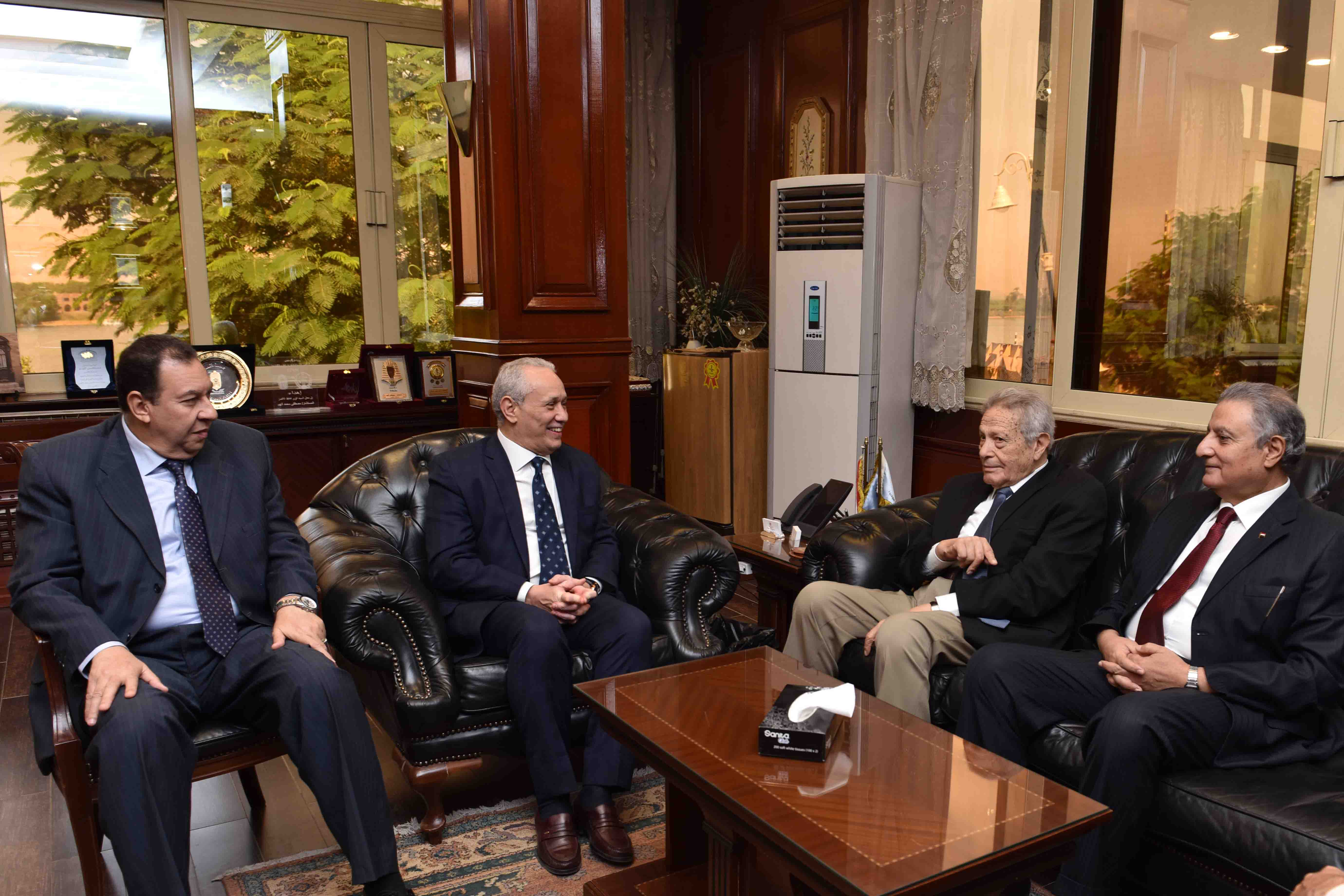 محافظ الأقصر يلتقي بمجلس إدارة مكتبات مصر لبحث إفتتاح مكتبة جديدة بمدينة طيبة (1)