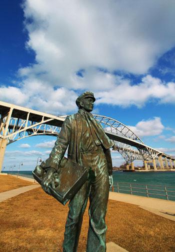 تمثال-لإديسون-الصغير-أمام-جسر-المياه-الزرقاء