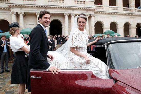 العروسان فى سيارة الزفاف