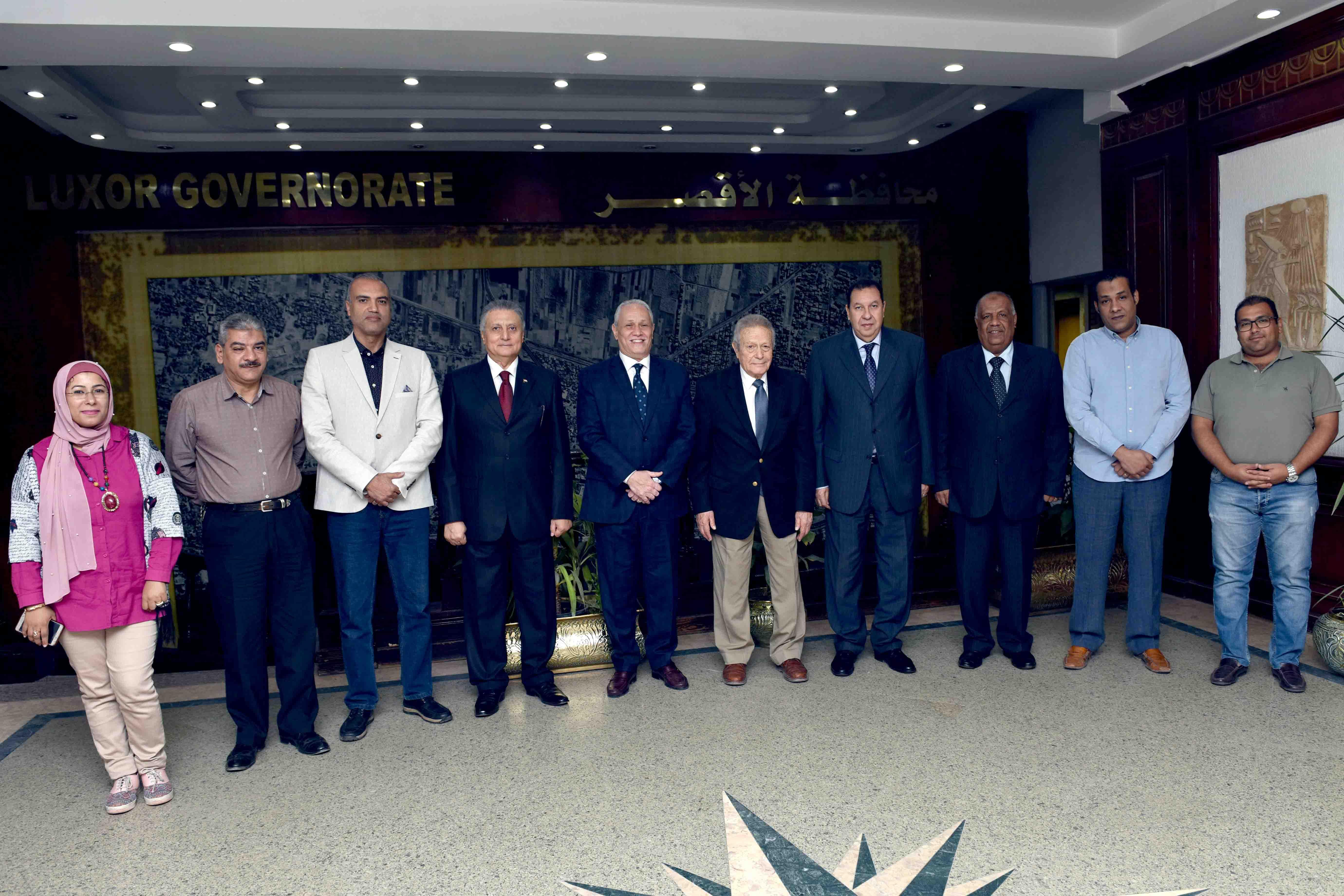 محافظ الأقصر يلتقي بمجلس إدارة مكتبات مصر لبحث إفتتاح مكتبة جديدة بمدينة طيبة (3)
