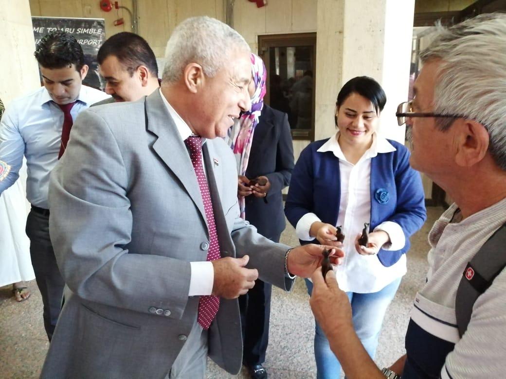محافظ أسوان يستقبل الأفواج السياحية ويوزع الهدايا التذكارية عليهم  (5)