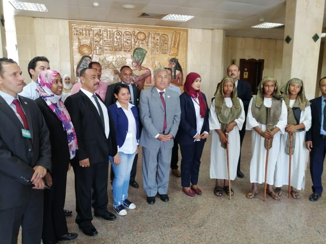 محافظ أسوان يستقبل الأفواج السياحية ويوزع الهدايا التذكارية عليهم  (7)