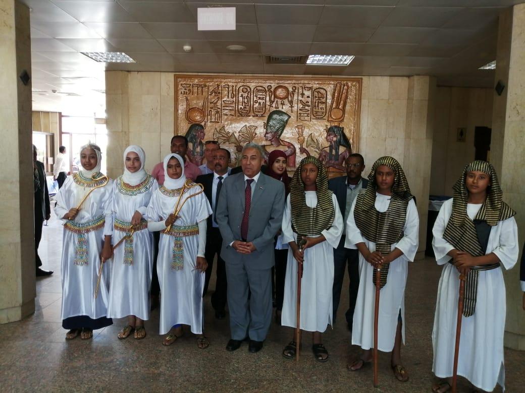 محافظ أسوان يستقبل الأفواج السياحية ويوزع الهدايا التذكارية عليهم  (6)