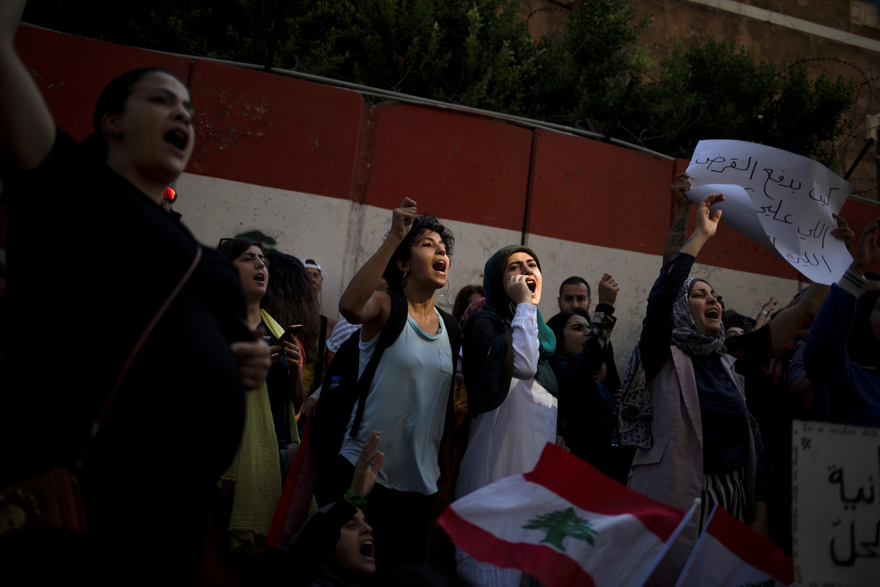 مظاهرة خارج البنك المركزى فى بيروت