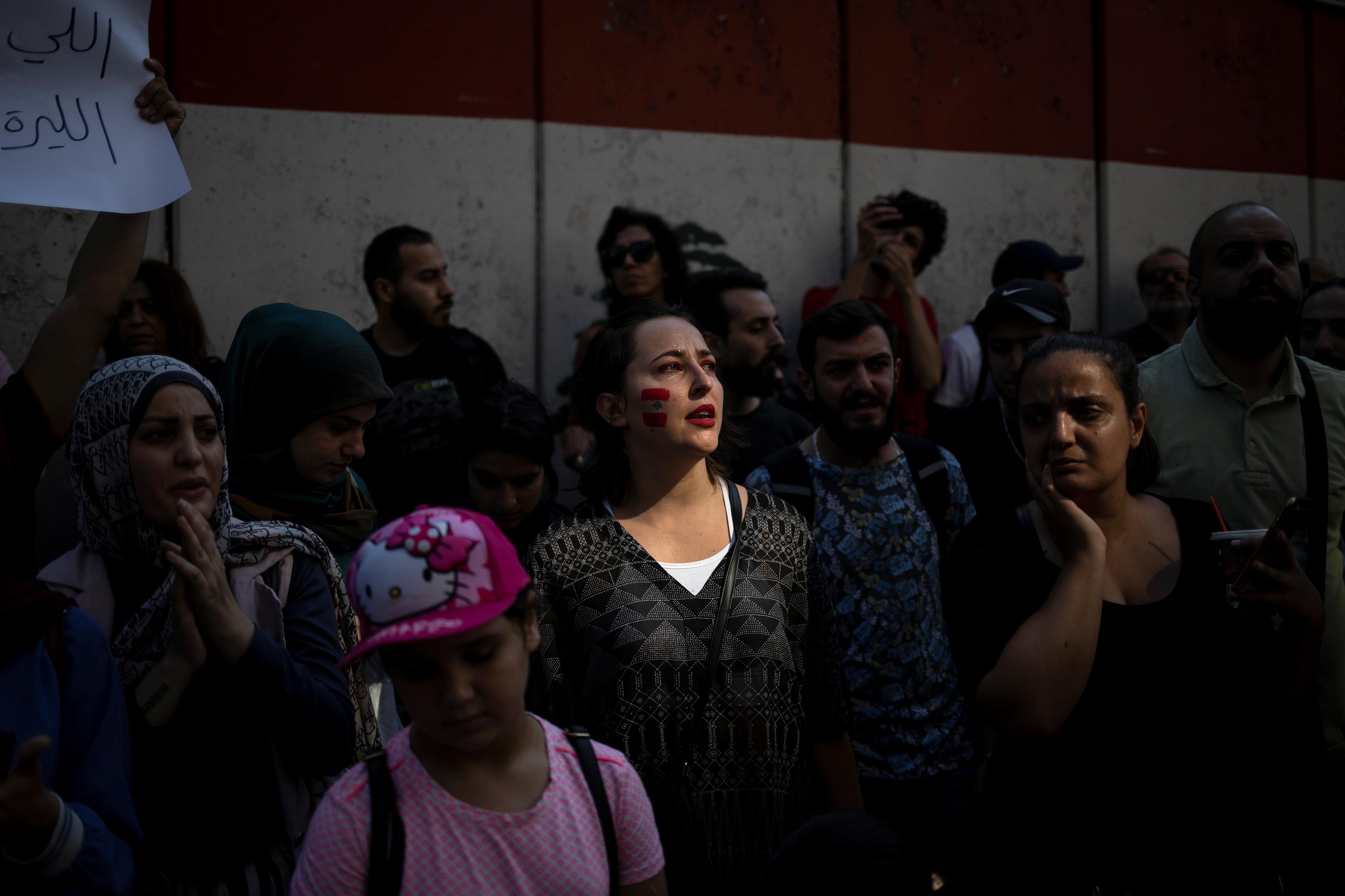 المشاركين فى المظاهرة خارج البنك المركزى اللبنانى
