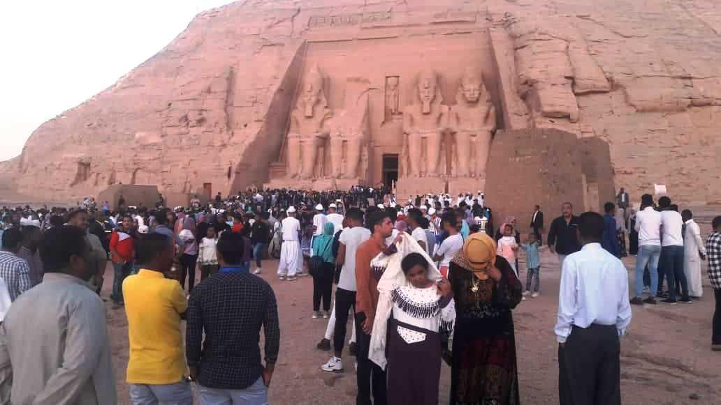 الآلاف أمام المعبد