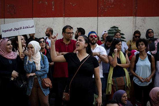 الغضب يسيطر على المشاركين فى مظاهرة امام البنك المركزى