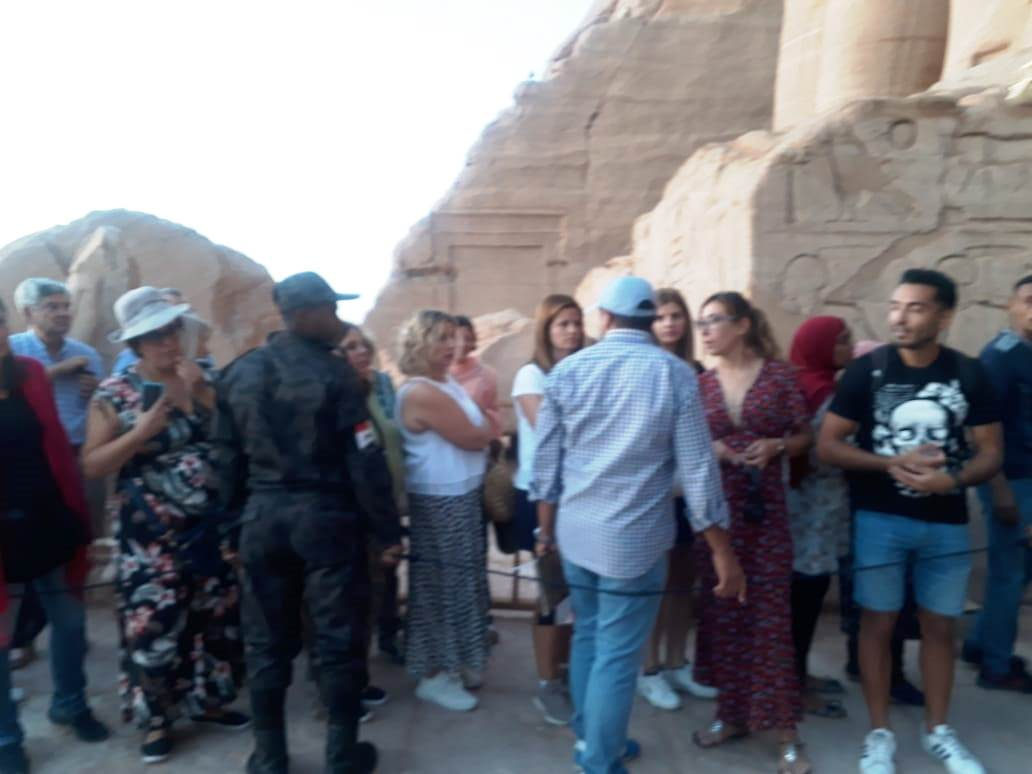 السائحون بالمعبد