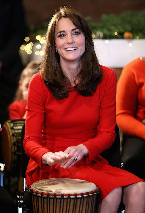 كيت تظهر بشعر بنى غامق في حفل عيد الميلاد