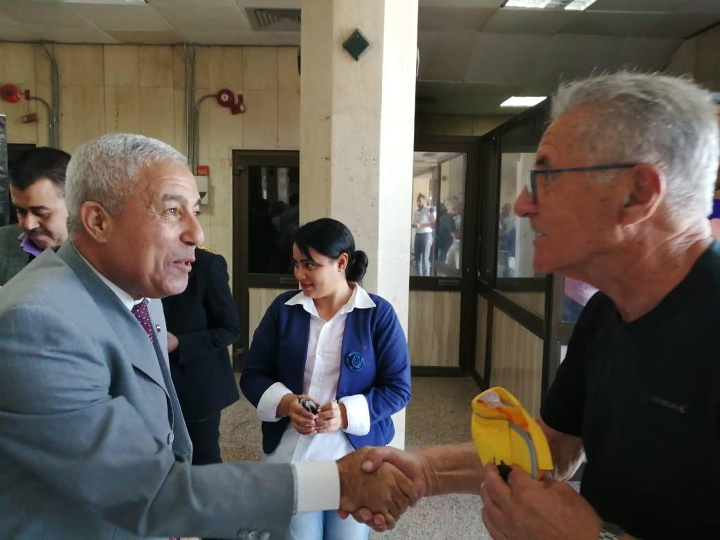 محافظ أسوان يستقبل الأفواج السياحية ويوزع الهدايا التذكارية عليهم  (4)