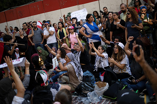 خلال التظاهر امام البنك المركزى اللبنانى