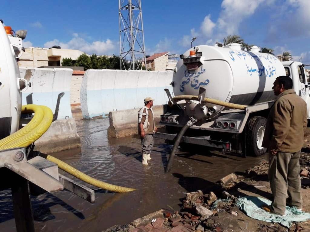 طوارئ بشمال سيناء بسبب الأمطار..والمحافظة تدفع بمعدات لسحب المياه من الشوارع (3)